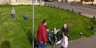 Niños amenazando a un hombre con armas de fuego. Foto:Google