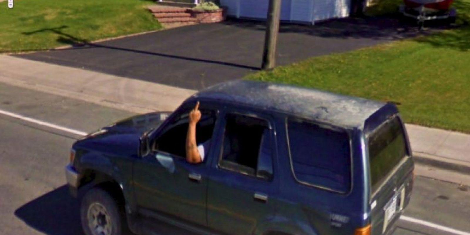 Un hombre en una camioneta haciendo señas osbcenas. Foto:Google