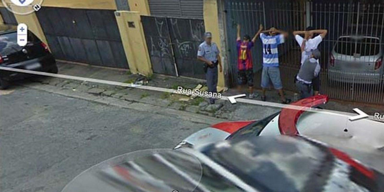 El arresto de varios hombres. Foto:Google