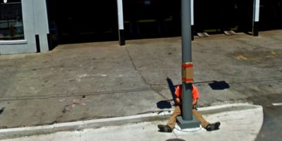 Una persona con las piernas entre un poste. Foto:Google