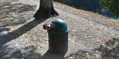 Un hombre en el cesto de basura. Foto:Google