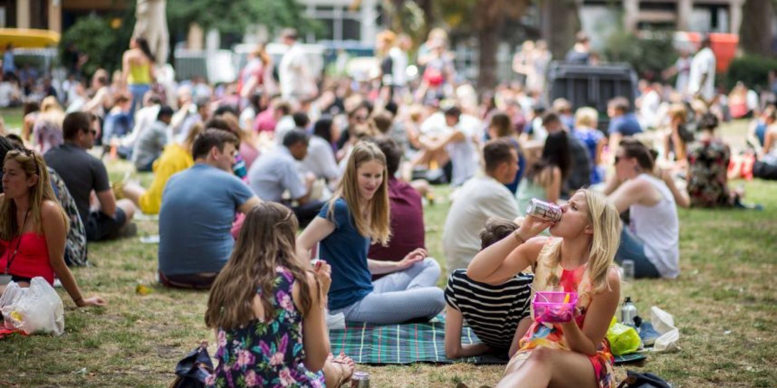 Mientras que el clima más cálido está siendo disfrutado por muchos, los gobiernos aconsejan a las personas a permanecer fuera del sol. Foto:AFP