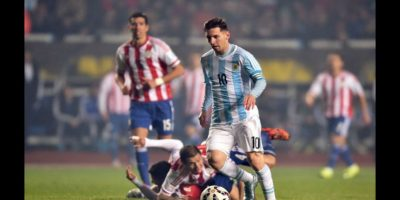 """Esta es la jugada en la que la """"Pulga"""" provocó el choque de los guaraníes Bruno Valdéz y Pablo Aguilar Foto:AFP"""