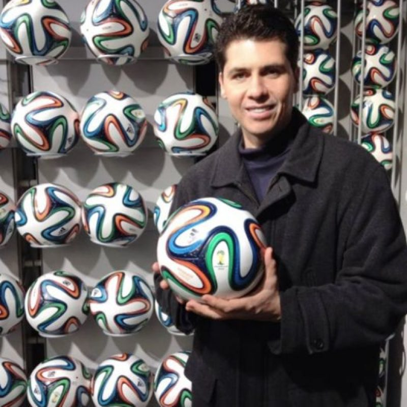 Erick Fisher, conductor de Televisa Deportes, también piensa que Argentina será el monarca del torneo continental Foto:Vía twitter.com/ErickFisher_26