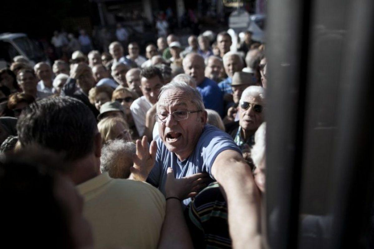 El pasado jueves, los bancos (cerrados desde el lunes) abrieron solamente para que los pensionados pudieran realizar sus cobros Foto:AFP