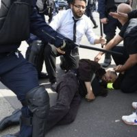 La policía deteniendo a un manifestante. Foto:instagram.com/lemondefr