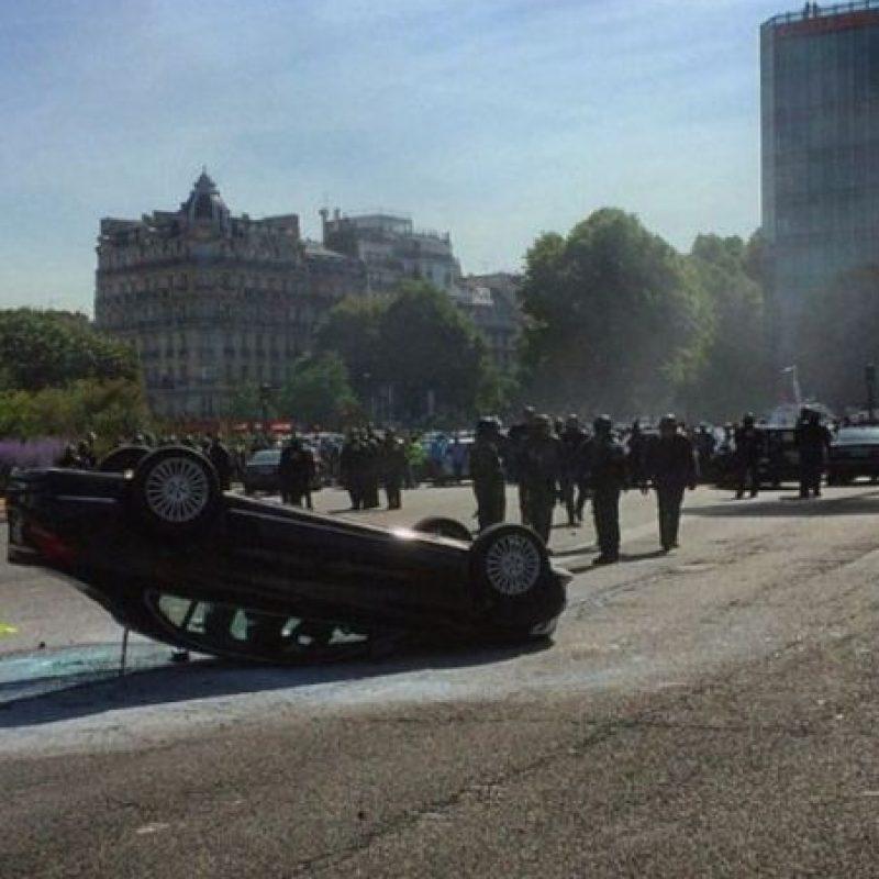 Un auto con las llantas hacia arriba en símbolo de protesta. Foto:nstagram.com/guillaume.ds