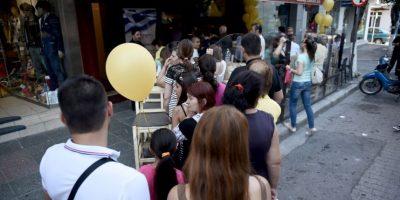 Largas filas en los cajeros automáticos, los cuales solamente pueden dar 60 euros al día por tarjeta bancari Foto:AP