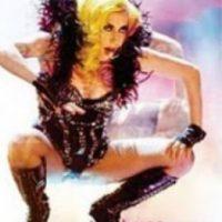 Shakira, con este plumífero atuendo. Foto:vía Listal