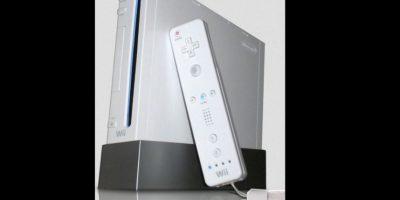 """Wii ofrece la tecnología de """"mando por movimiento"""", incorporando un control fuera de los estándares de las consolas tradicionales parecido a un control de TV Foto:Nintendo"""
