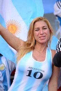 Los hinchas argentinos recriminan a Chile haber ayudado a Gran Bretaña en la Guerra de las Islas Malvinas Foto:AFP
