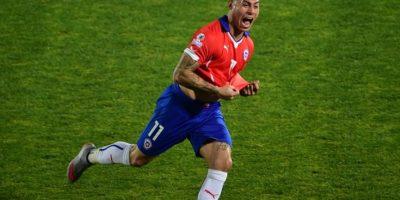 El goleador del torneo acompaña a Alexis Foto:AFP