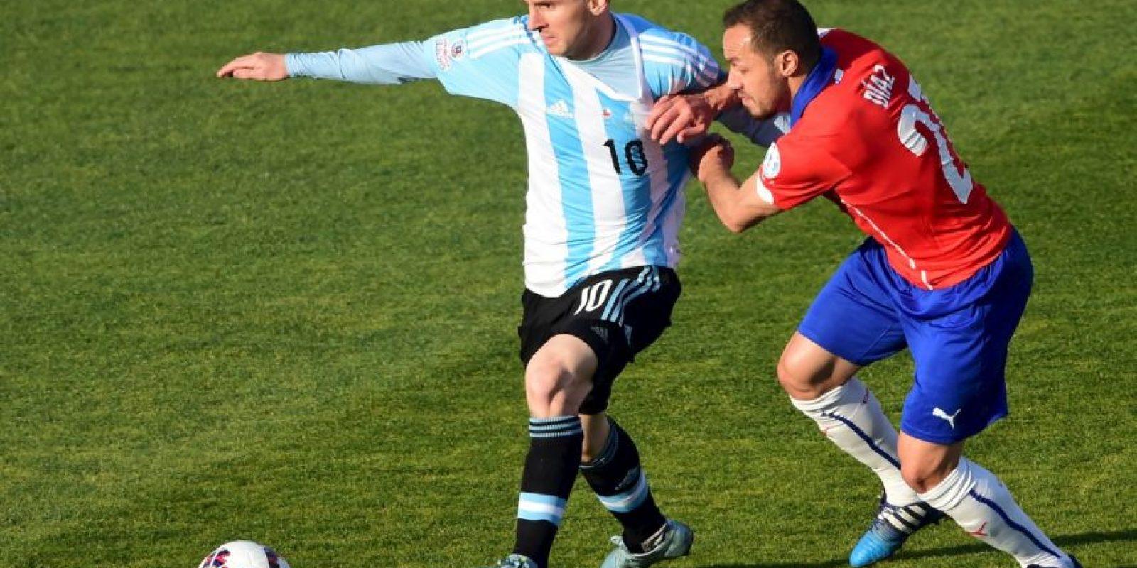 """Lionel Messi sufrió la dura marca de los chilenos. Marcelo Díaz se ganó amarilla por jarlarle la camiseta a """"Leo"""" Foto:AFP"""