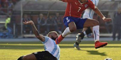 Alexis Sánchez luchando contra Nicolás Otamendi. Foto:AFP