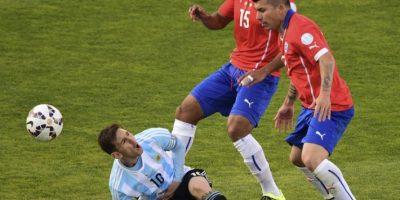 """El """"Pitbull"""" le dio una patada al argentino Foto:AFP"""