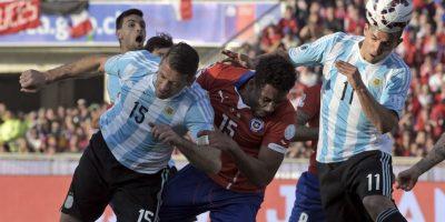 A los 19′ Argentina respondió con este cabezazo de Sergio Agüero. Claudio Bravo, arquero de Chile, despejó la pelota Foto:AFP
