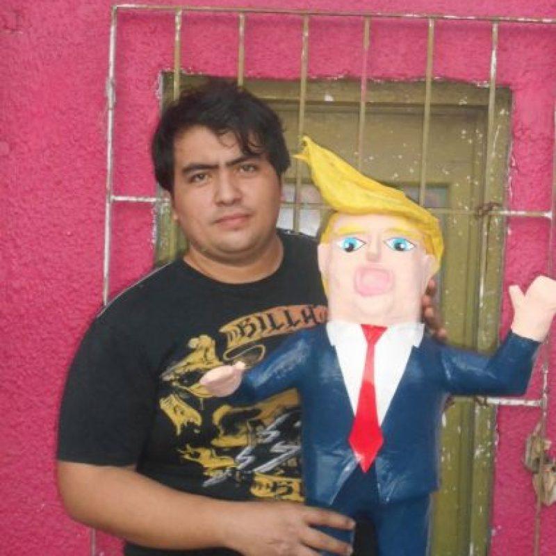 En la foto: Dalton Ramírez con la piñata de Donald Trump Foto:Vía Facebook/Piñatería Ramírez