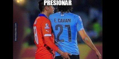 """El inolvidable """"dedazo"""" del chileno Jara a Edinson Cavani, en cuartos de final Foto:Twitter"""