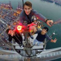 En Nueva York un chico de 24 años subió al puente de Brooklyn con la única intención de sacarse una selfie desde las alturas. Foto:Vía Instagram @daniel__lau