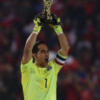 Claudio Bravo recibe el trofeo a mejor portero del torneo Foto:AFP