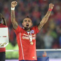 Arturo Vidal celebrando con los asistentes al Estadio Nacional Foto:AFP