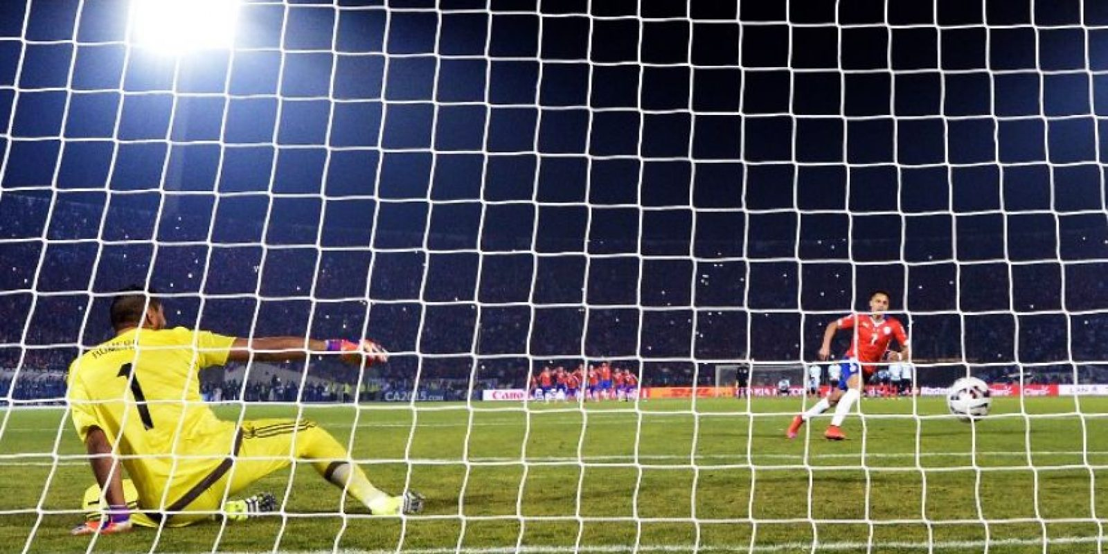 "2. Penal a lo ""Panenka"" de Alexis Sánchez Foto:AFP"