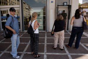 Solamente se pueden sacar 60 euros al día por cada tarjeta Foto:AFP