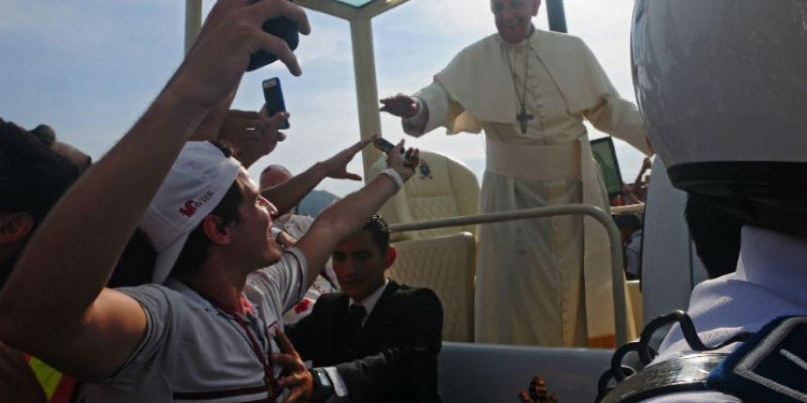 Delegados de la Iglesia y niños de diferentes parroquias pudieron abrazar al papa Francisco. Foto:AFP