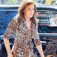 Un simple wrap dress en el caso de Caitlyn. Foto: vía Getty Images