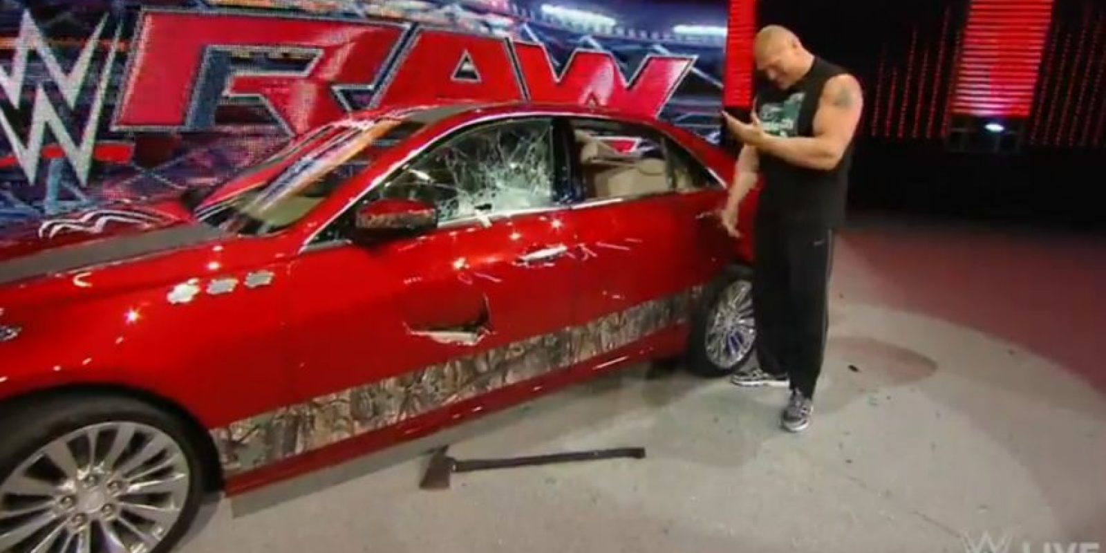 Ahora destruyó el Cadillac que Rollins había regalado a J&J Security Foto:WWE