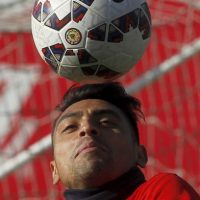 El defensa recibió una placa en reconocimiento por su actuación en el torneo continental Foto:AFP