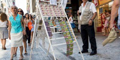 En la fotografía se ve la fila hacia un cajero, junto a un expendio de juegos de la fortuna Foto:AFP