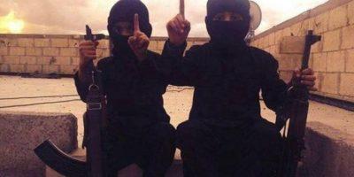 Los menores aparecen portando armas de grueso calibre Foto:Twitter.com – Archivo