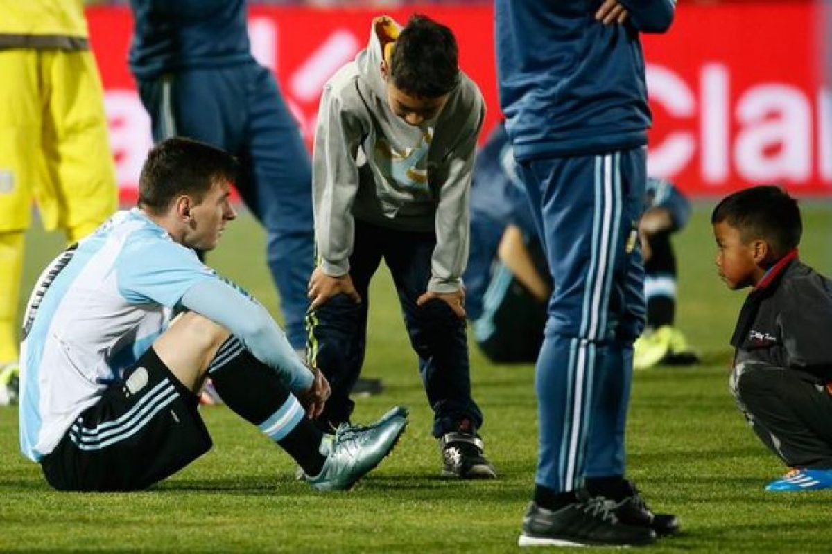 Esta es una de las postales más recordadas de la final de la Copa América. Dos niños chilenos dejaron el festejo con sus familiares para ir a consolar a Lionel Messi. Foto:Vía twitter.com/plisotto