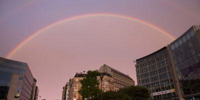 Ayer, un arcoiris cubrió la sede del Eurogrupo en Bruselas, hecho curioso que fue interpretado como una buena señal por usuarios de redes sociales Foto:AP