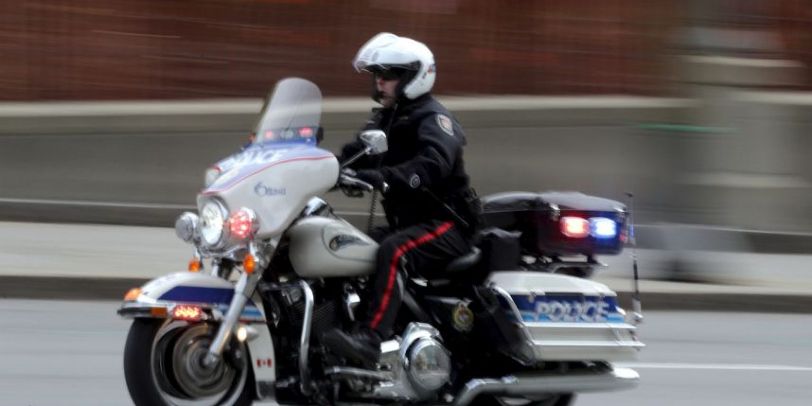La grabación muestra como un delincuente sufre un accidente al querer huir de la policía en moto. Foto:Getty Images