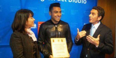 Homenajean a Gonzalo Jara, el futbolista que usó su dedo contra Cavani