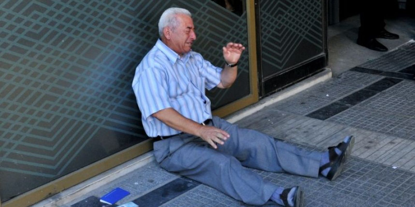 Un empresario australiano anunció que pagará la pensión de este hombre que se convirtió en símbolo de la desesperación que se vive por la crisis económica en Grecia. Foto:AFP