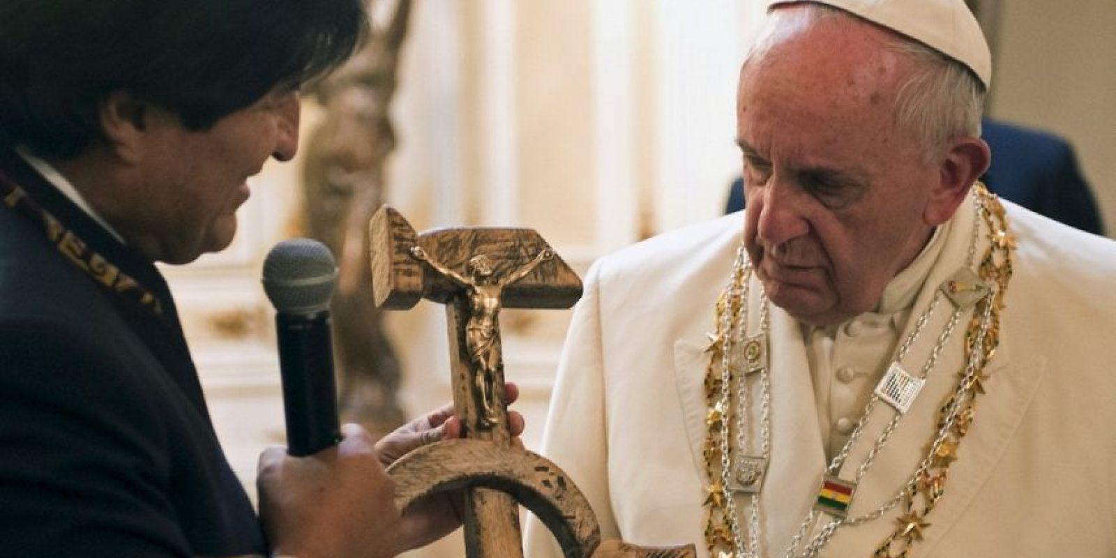 El presidente Evo Morales le regaló un crucifijo formado con una hoz y un martillo, símbolo del comunismo Foto:AP