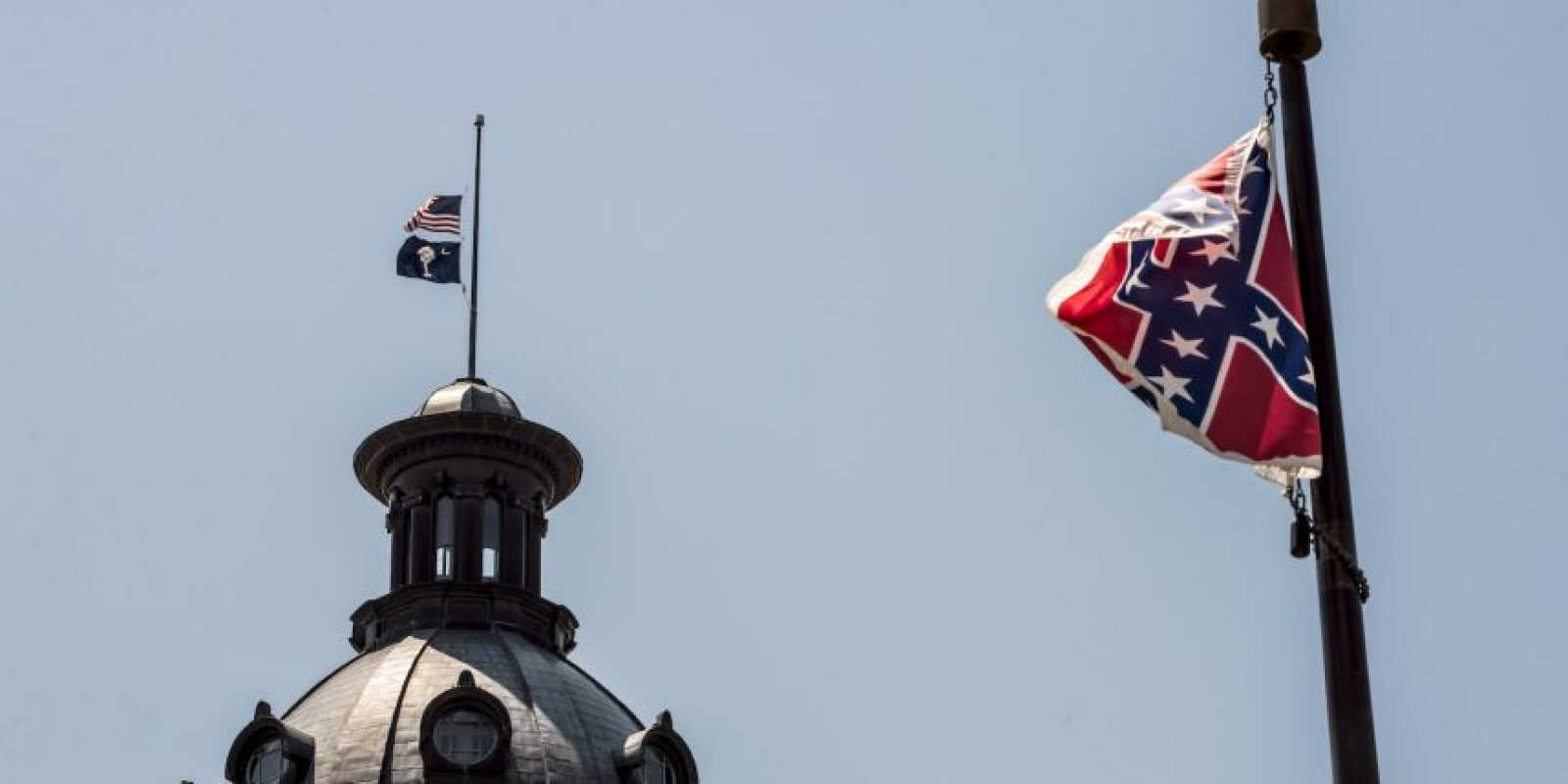 La gobernadora Nikki Haley firmó una ley que aprueba la eliminación de la bandera. Foto:Getty Images