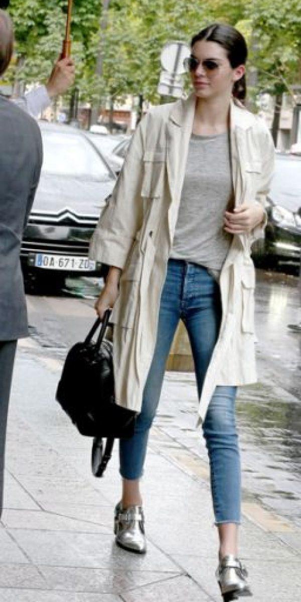 Este trench coat clásico combina muy bien con jeans y bolso. Foto:vía Getty Images