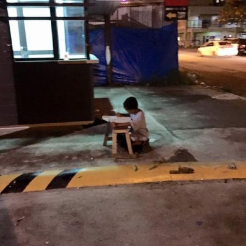 En la foto se muestra cómo el pequeño improvisó una mesa y entretenido comenzó a realizar su tarea. Foto:Vía Facebook/JoyceGilosTorreblanca