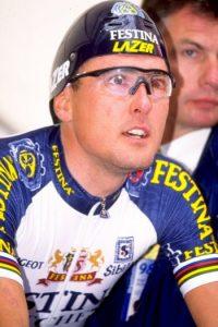 Richard Virenque, líder del equipo, vencedor de la prueba de montaña, e ídolo en Francia, aceptó haberse copado y fue suspendido por nueve meses. Foto:Getty Images