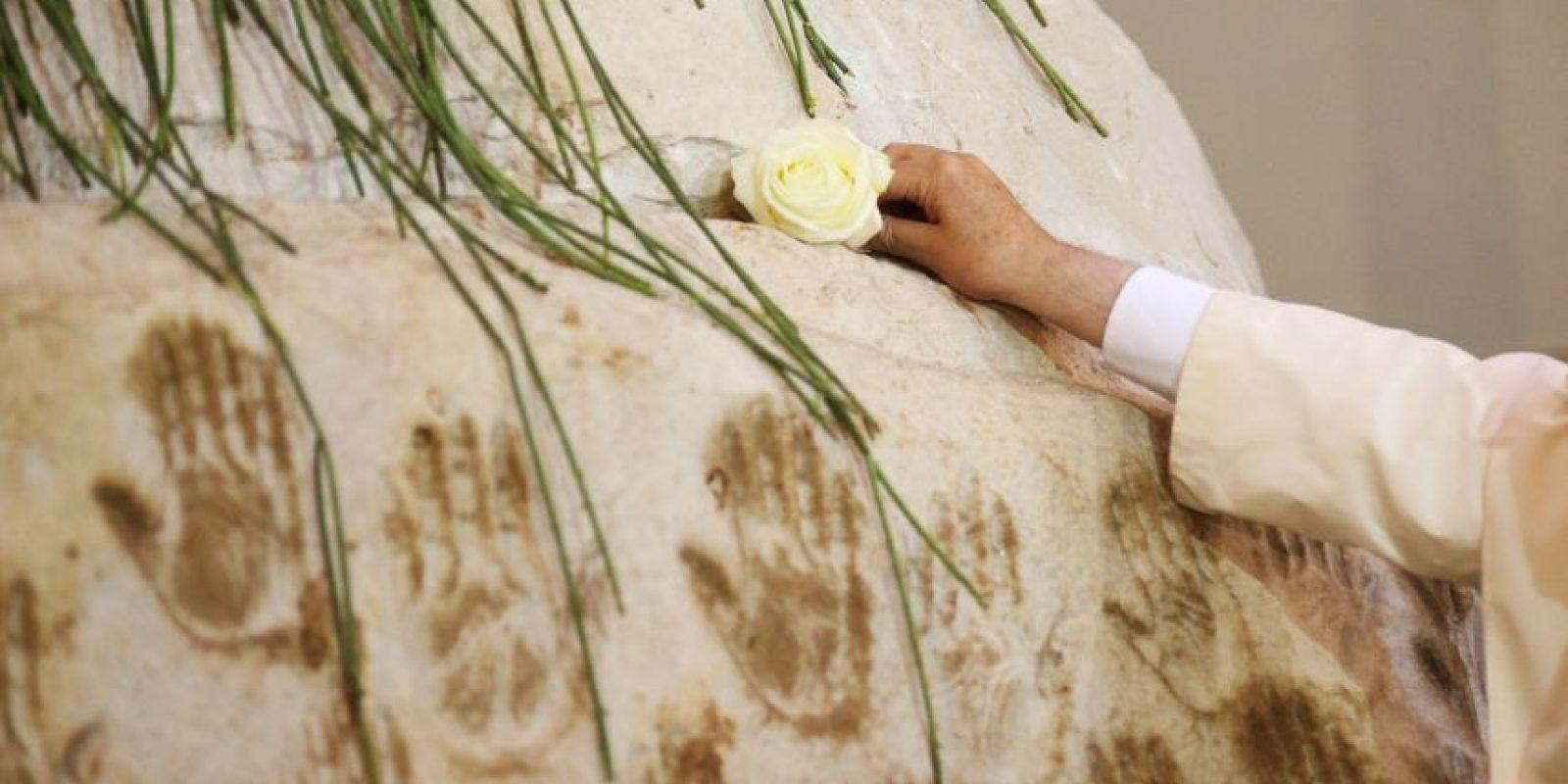 """Francisco rezó a solas con la """"Virgencia Azul"""", como se le conoce a la Virgen de Caacupé, en el Santuario Nacional y colocó sus manos a los pies de la figura, como lo hacen los peregrinos a la ciudad Foto:AFP"""