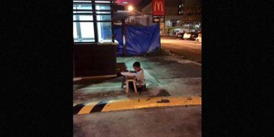 Se acerca a un McDonalds para poder hacer la tarea, pues este lugar lo alumbra Foto:Vía Facebook/JoyceGilosTorreblanca