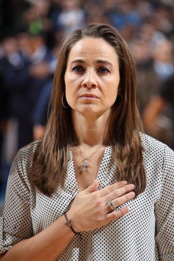 Una lesión de ligamentos en 2013 la alejó de los partidos, pero durante esa etapa asistió a juegos y entrenamientos de los San Antonio Spurs en los que el entrenador del equipo de la NBA, Greg Popovich, se percató de su capacidad. Foto:Getty Images