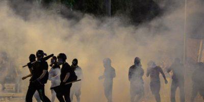 La policía tuvo que utilizar gases lacrimógenos para dispersar a la multitud Foto:AFP