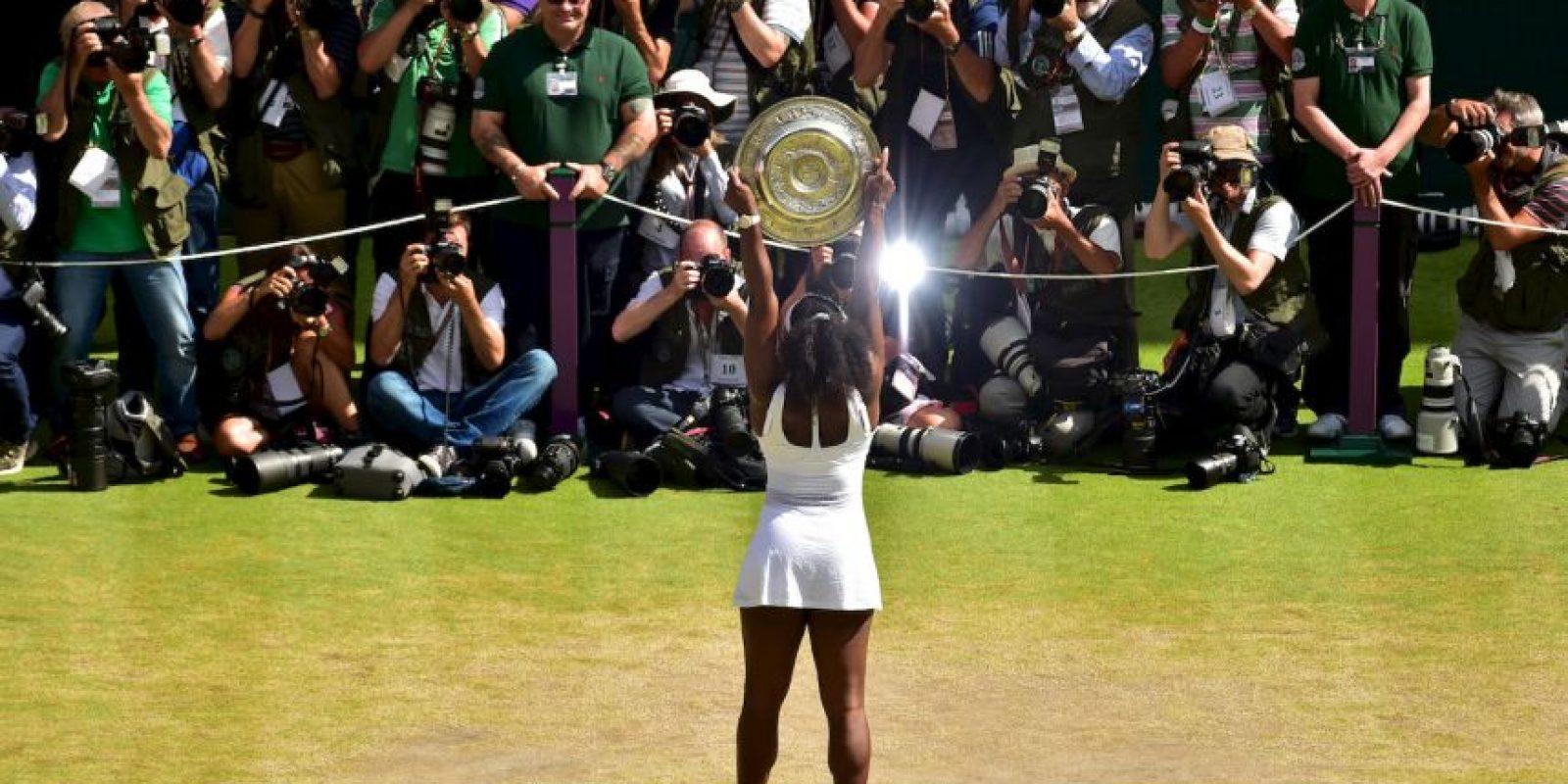 La tenista estadounidense Serena Williams posa con el trofeo del ganador de Wimbledon. Foto:AFP