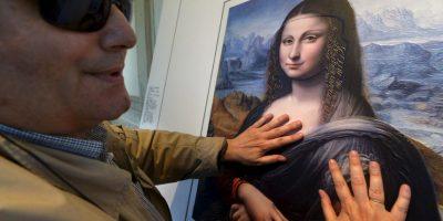 """Invidente participa de la exposición """"Tocar el Prado """", en el Museo del Prado. Este pudo tocar una versión de la famosa Mona Lisa. Foto:AFP"""