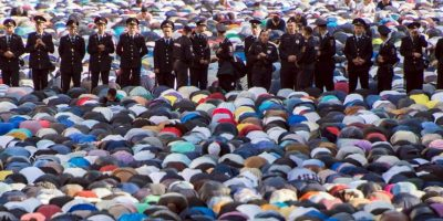 Musulmanes rezan en mezquita en Moscú, Rusia. Foto:AFP